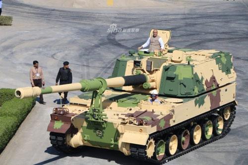 Bộ trưởng Quốc phòng Ấn Độ vừa đích thân ngồi trên cỗ pháo tự hành K-9 Vajra-T do nước này tự sản xuất. Đây là loại pháo tự hành được Ấn Độ sản xuất dựa trên thiết kế của K-9 Thunder do Samsung Hàn Quốc chế tạo. Nguồn ảnh: Sina.