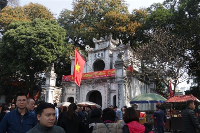 Chen chúc xếp hàng xoa tiền lên chân tượng Phật cầu may ở Hà Nội - 1
