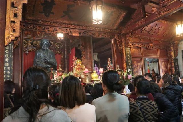 Chen chúc xếp hàng xoa tiền lên chân tượng Phật cầu may ở Hà Nội - 10