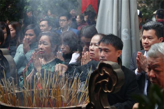 Chen chúc xếp hàng xoa tiền lên chân tượng Phật cầu may ở Hà Nội - 11