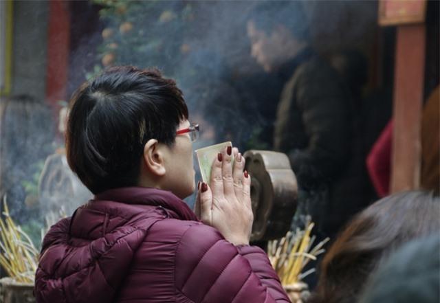 Chen chúc xếp hàng xoa tiền lên chân tượng Phật cầu may ở Hà Nội - 14
