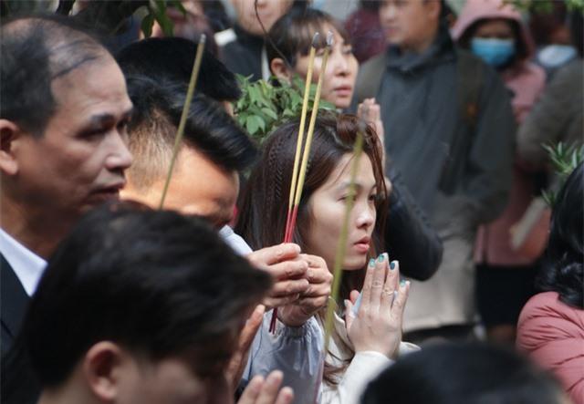 Chen chúc xếp hàng xoa tiền lên chân tượng Phật cầu may ở Hà Nội - 15