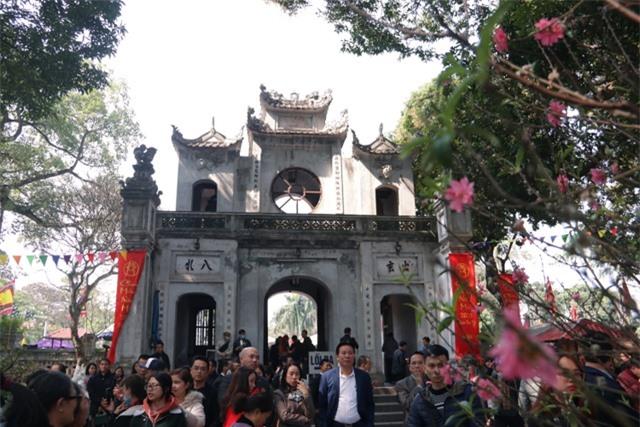 Chen chúc xếp hàng xoa tiền lên chân tượng Phật cầu may ở Hà Nội - 18