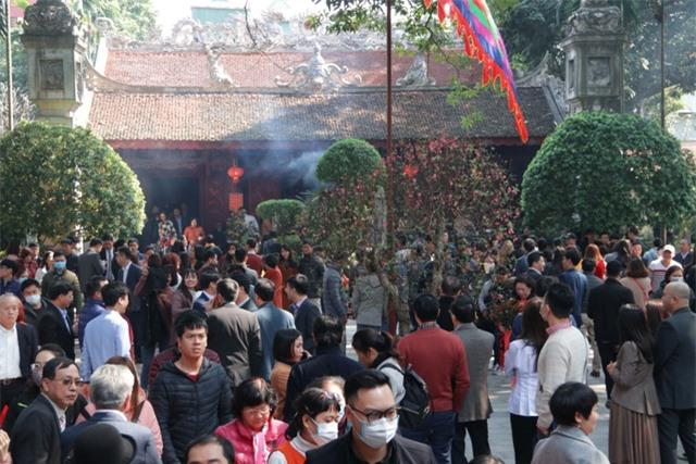 Chen chúc xếp hàng xoa tiền lên chân tượng Phật cầu may ở Hà Nội - 3