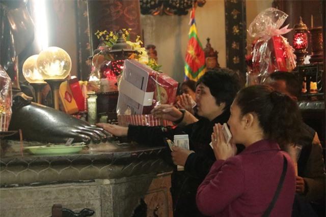 Chen chúc xếp hàng xoa tiền lên chân tượng Phật cầu may ở Hà Nội - 5