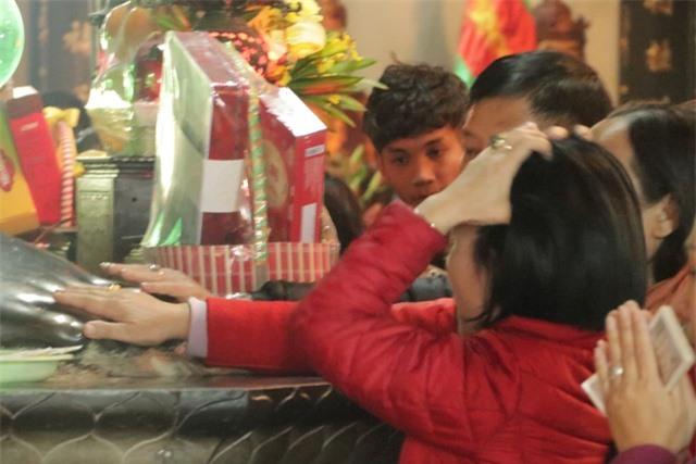 Chen chúc xếp hàng xoa tiền lên chân tượng Phật cầu may ở Hà Nội - 8