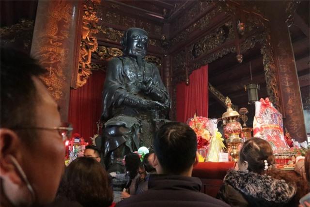 Chen chúc xếp hàng xoa tiền lên chân tượng Phật cầu may ở Hà Nội - 9