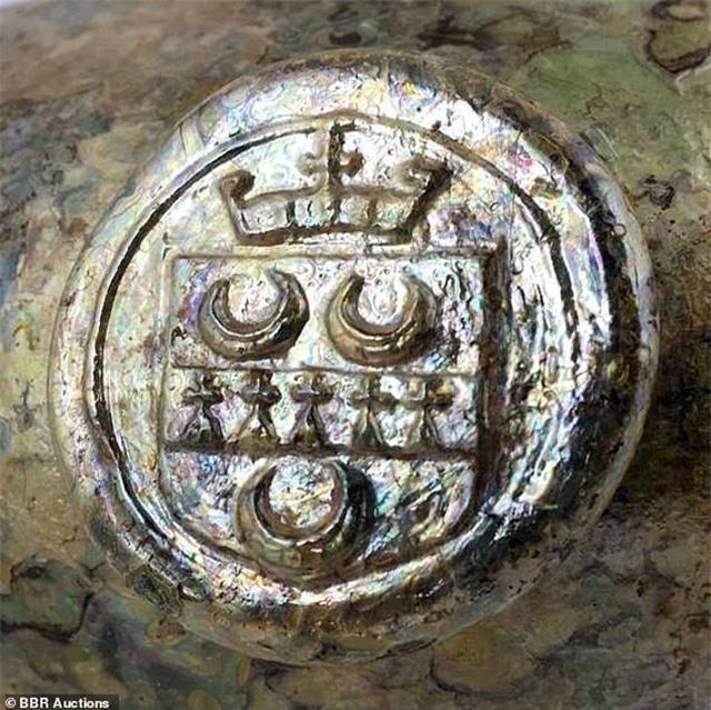 Những bình rượu thủy tinh mạ vàng từ thế kỷ 17 có giá 600 triệu đồng - 2