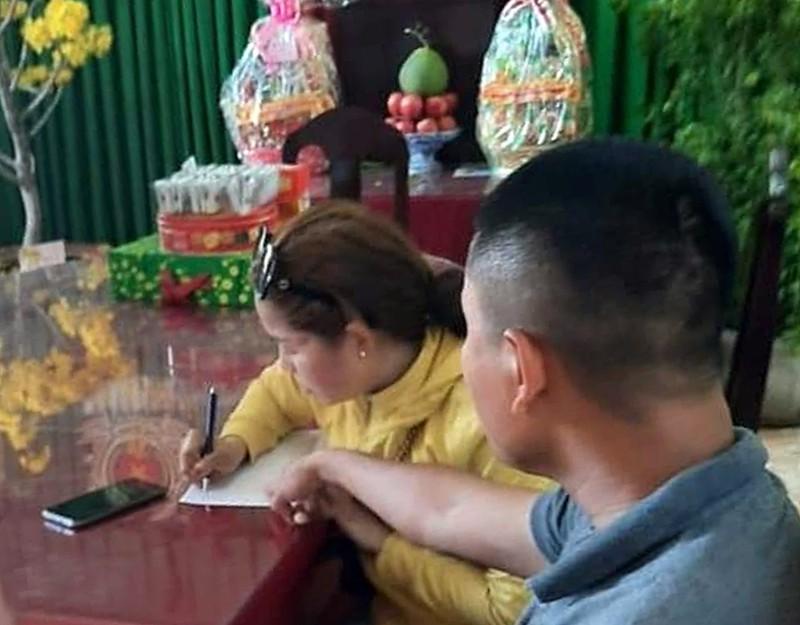 Công an làm việc với bà Dung. Ảnh: Công an Bình Thuận