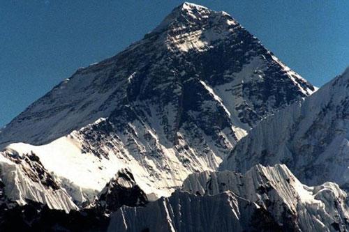 Cảnh quan đỉnh Everest thay đổi bất thường vì biến đổi khí hậu. (Ảnh: AP)