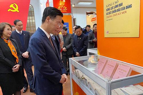 Trưởng ban Tuyên giáo Trung ương Võ Văn Thưởng tham quan khu vực trưng bày sách tại triển lãm. (Ảnh: Báo điện tử Quân đội nhân dân)