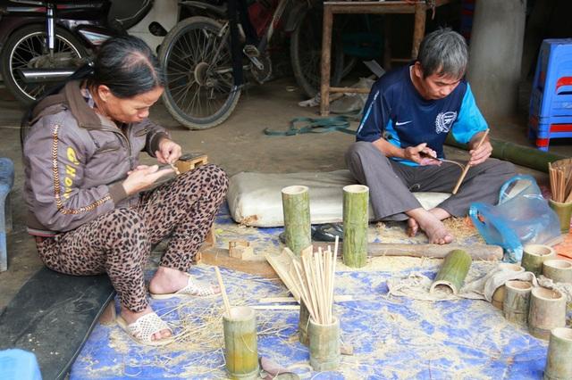 Vợ chồng ông Hà Văn Kỷ (51 tuổi) bà Vi Thị Thòa (48 tuổi) sống ở Bản Lác, huyện Mai Châu, tỉnh Hòa Bình. Trước kia, khi Bản Lác mới được đưa vào khai thác du lịch cộng đồng, ông bà cũng làm nghề buôn bán hàng Thổ Cẩm lưu niệm kiếm sống. Tuy nhiên, sau không bán được hàng, không có vốn cạnh tranh được với các gia đình khác, ông bà bỏ nghề chuyển qua làm đũa truyền thống để kinh doanh.