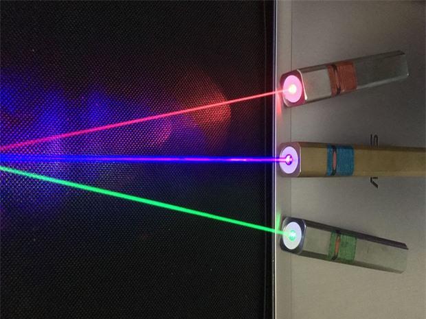 Nhìn thấy tia laser rất nhiều nhưng bạn có thắc mắc tại sao nó chỉ có màu đỏ? Đáp án thật sự sẽ khiến bạn thấy bất ngờ - Ảnh 2.
