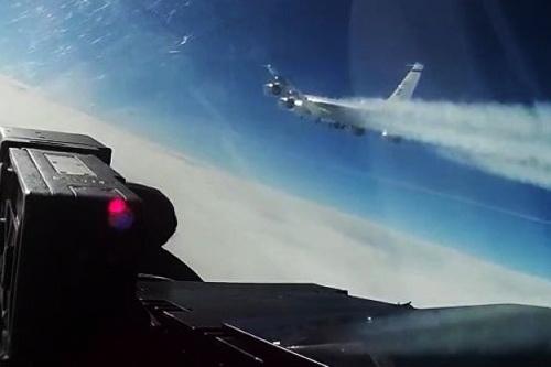 Tiêm kích Nga áp sát máy bay trinh sát điện tử RC-135V của Mỹ. Ảnh: Avia.pro.