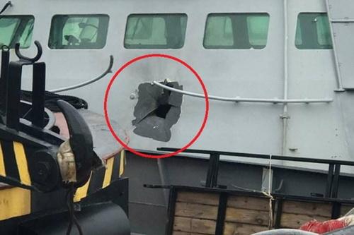 Vết đạn pháo 30 mm trên cabine tàu tuần tra của Hải quân Ukraine. Ảnh: National Interest.