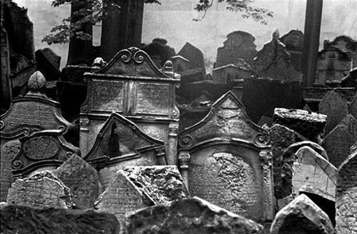 Giữa thủ đô Prague phồn hoa của Cộng hòa Séc, có một nghĩa địa độc lạ là nơi yên nghỉ của những người Do Thái. Số lượng các ngôi mộ ở đây là không xác định nhưng ước tính có khoảng 12.000 ngôi mộ đá có thể nhìn thấy và khoảng 100.000 người từng được chôn ở đây. Nhiều người kể lại rằng họ đã trông thấy các hiện tượng thần bí với những linh hồn di chuyển qua các ngôi mộ xếp chồng lên nhau.