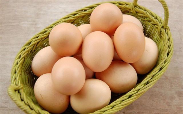 Trứng gà là nguồn thực phẩm dồi dào protein, rất có lợi cho mẹ bầu và thai nhi. Ngoài ra, trứng gà còn chứa nguồn axit béo Omega 3 và DHA rất cần thiết cho sự phát triển não bộ và mắt của thai nhi. Tuy nhiên, để tránh rủi ro, mẹ bầu cần chế biến trứng chín trước khi ăn.