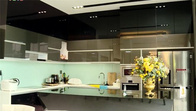 Phòng bếp rộng rãi, đầy đủ tiện nghi.