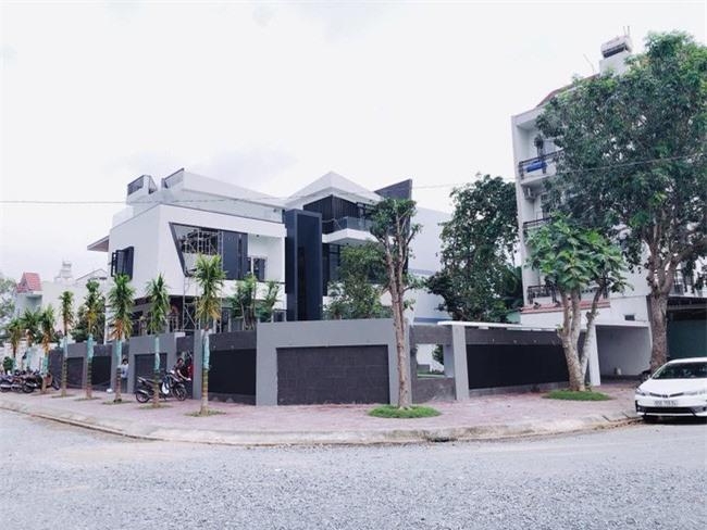 Căn nhà tọa lạc ở vị trí khá đẹp với hai mặt tiền.