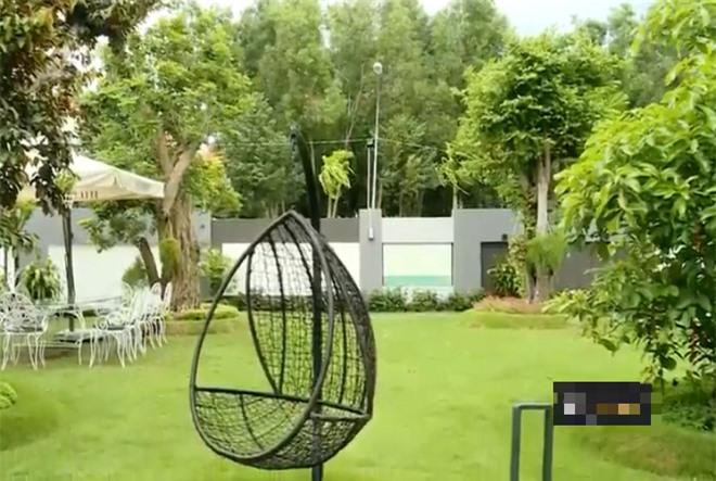 Trong vườn có bàn ghế, xích đu để gia đình có thể quây quần khi rảnh rỗi.