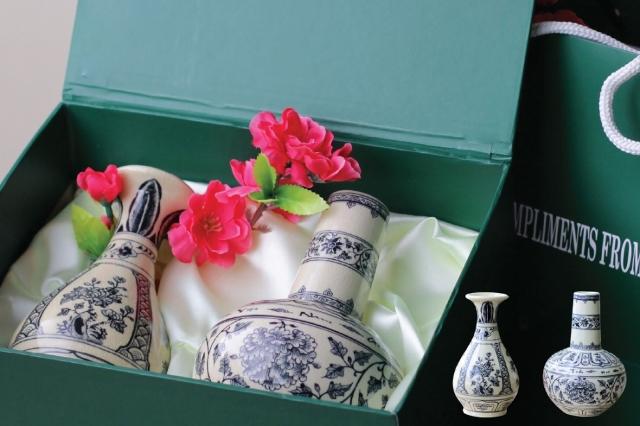 Cặp bình hoa lam- tỳ bà gốm Chu Đậu.
