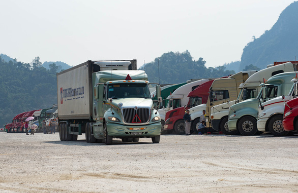 Hàng trăm xe container chở hàng hóa chờ thông quan ở khu vực biên giới. Nguồn ảnh Internet