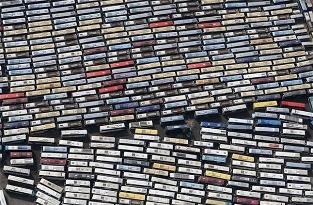 Nhìn qua tưởng cả tủ băng cassette khổng lồ, nào ngờ lại là mấy trăm chiếc xe bus