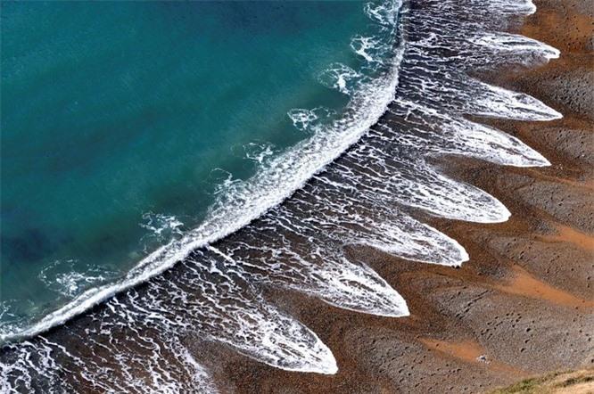Một bờ biển với những vệt sóng kỳ lạ ở Anh, đều tăm tắp đến kỳ lạ.