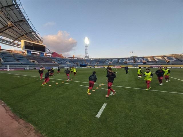 ẢNH: ĐT nữ Việt Nam làm quen sân Jeju World Cup, sẵn sàng cho trận quyết đấu với Myanmar - Ảnh 1.
