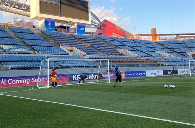 ẢNH: ĐT nữ Việt Nam làm quen sân Jeju World Cup, sẵn sàng cho trận quyết đấu với Myanmar - Ảnh 3.