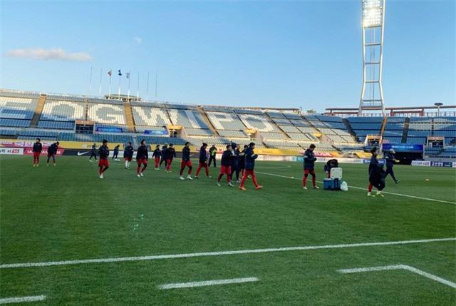ẢNH: ĐT nữ Việt Nam làm quen sân Jeju World Cup, sẵn sàng cho trận quyết đấu với Myanmar - Ảnh 4.