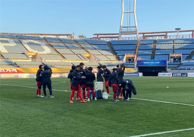 ẢNH: ĐT nữ Việt Nam làm quen sân Jeju World Cup, sẵn sàng cho trận quyết đấu với Myanmar - Ảnh 5.