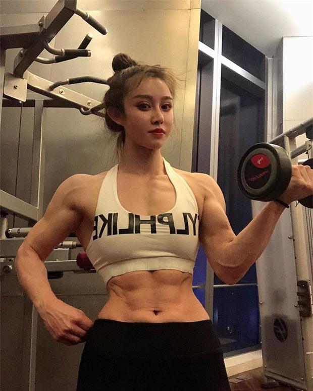 Herong đang là cái tên rất hot ở Trung Quốc. Chỉ trong 2 tháng, tài khoản Instagram của cô đã tăng gần 300.000 lượt theo dõi. Cô tiết lộ bản thân không hề dùng chất tăng cơ. Cô có được thân hình như hiện tại hoàn toàn nhờ vào tập luyện.