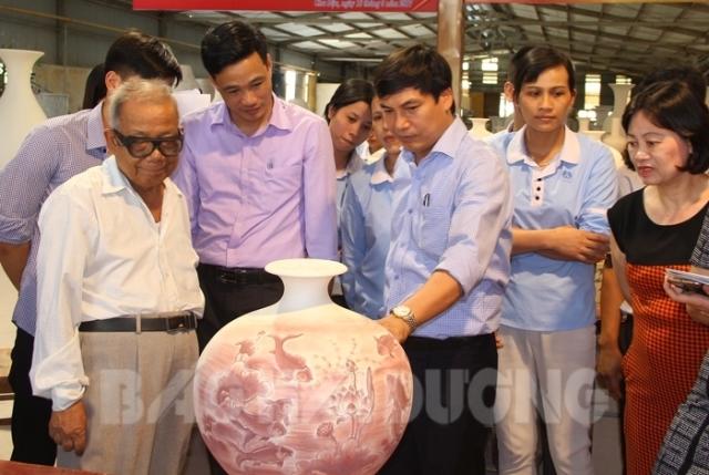 Ông Nguyễn Hữu Thức – TGĐ Công ty cổ phần gốm Chu Đậu (bên phải ảnh) giới thiệu một sản phẩm độc đáo gốm Chu Đậu Hapro.