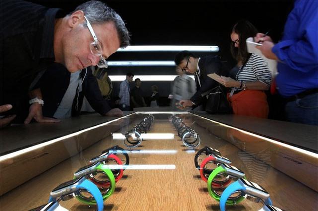 Apple Watch bán chạy hơn toàn bộ ngành công nghiệp đồng hồ Thụy Sĩ - Ảnh 1.