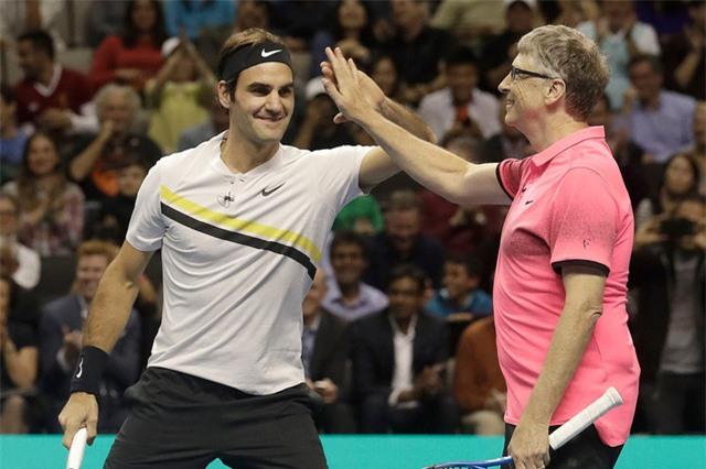 Bill Gates xỏ giày đánh tennis cùng Roger Federer - Ảnh 1.