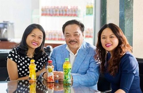 Ông Trần Quí Thanh và hai con gái, Trần Uyên Phương (bên tráí) và Trần Ngọc Bích (phải).