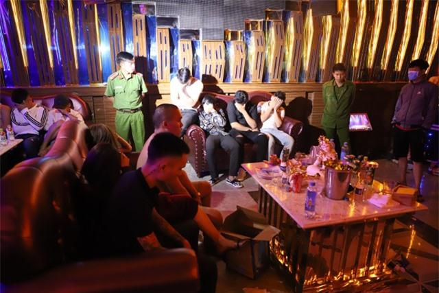 """Hàng chục thanh niên """"phê"""" ma túy trong quán karaoke vừa khai trương - 1"""