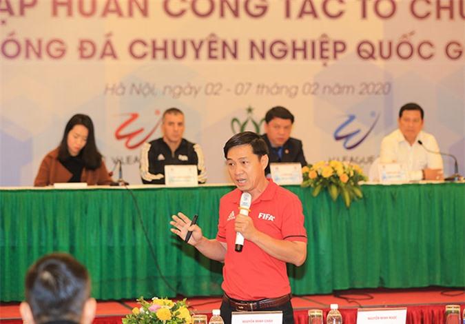 Giảng viên trọng tài Đặng Thanh Hạ trình bày về những thay đổi của Luật bóng đá