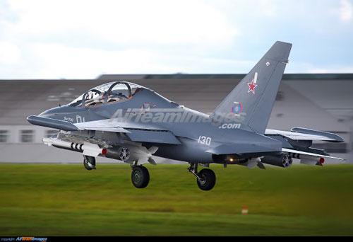 Máy bay huấn luyện Yak-130 hay còn có tên gọi đầy đủ là Yakovlev Yak-130 là loại máy bay huấn luyện hai ghế ngồi, có thể bay với tốc độ cận âm hoặc hoạt động như một chiến đấu cơ hạng nhẹ. Nguồn ảnh: Pinterest.