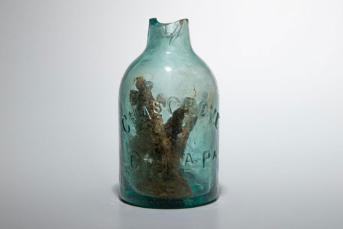 """Một chai thủy tinh chứa đinh rỉ bên trong được các nhà nghiên cứu tìm thấy tại một địa điểm được gọi là Redoubt 9, Virginia, Mỹ. Theo các chuyên gia, đây là một chiếc """"chai phù thủy"""" có từ thời Nội chiến Mỹ."""