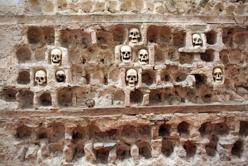 Tháp sọ người là kiến trúc rùng rợn nằm ở thành phố Niš, Serbia. Câu chuyện về tòa tháp rùng rợn này gắn liền với sự kiện lịch sử kinh hoàng.