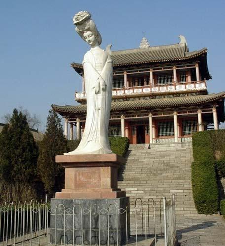 Tượng Dương Quý Phi trước lăng mộ