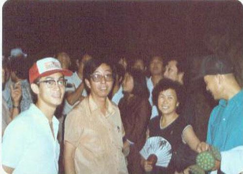 Hứa Kính Thanh (thứ hai từ trái qua) chụng chung cùng đạo diễn Dương Khiết (áo đen), Lục Tiểu Linh Đồng (ngoài cùng bên trái) và Trì Trọng Thụy (phải).