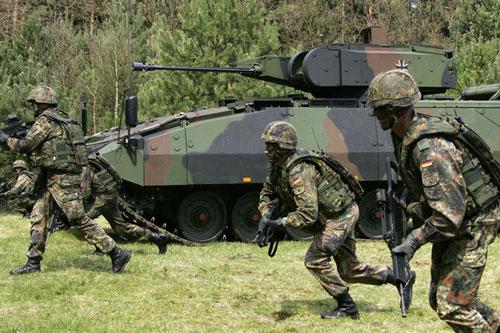 Binh sĩ Đức tham gia tập trận cùng xe chiến đấu bộ binh Puma tại Munster ngày 2/5/2006. Ảnh: Reuters