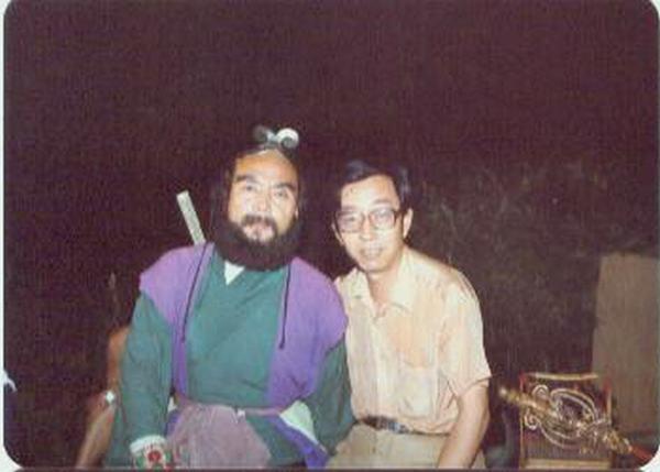 Nhạc sĩ Hứa Kính Thanh (phải) chụp ảnh cùng nghệ sĩ Diêm Hoài Lễ (vai Sa Tăng).