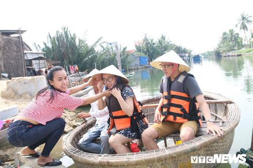 Sinh ra và lớn lên ở rừng dừa nước Bảy Mẫu, giờ đây Lý đang thành công với dịch vụ đưa rước khách tham quan bằng thuyền thúng.