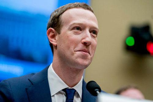 Mark Zuckerberg (Tài sản: 80,6 tỷ USD, nguồn tài sản: Facebook, năm sinh: 1984): Mark Zuckerberg là người đồng sáng lập, CEO của Facebook, công ty đứng sau mạng xã hội lớn nhất thế giới. Có trụ sở tại Menlo Park, California (Mỹ), Facebook có doanh thu 56 tỷ USD năm 2018 với hơn 2 tỷ người dùng hàng tháng. Công ty này niêm yết vào năm 2012 và là IPO công nghệ lớn nhất lịch sử thời điểm đó. Zuckerberg và vợ là những nhà từ thiện nổi tiếng, với cam kết dành 99% cổ phần Facebook của mình để giúp đỡ nhân loại. Zuckerberg bắt đầu bán cổ phiếu Facebook từ tháng 8/2016 để làm từ thiện. Hiện ông nắm giữ khoảng 15% cổ phần tại Facebook. Ảnh: Getty Images.