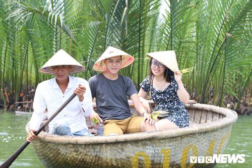 Thời điểm Lý mở dịch vụ tham quan rừng dừa Bảy Mẫu, Trần Văn Phú cũng nghỉ công việc ở khách sạn để chuyển sang chèo thuyền thúng đưa rước khách.