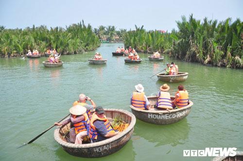 Rừng dừa nước Bảy Mẫu trở thành điểm đến ưa thích của khách du lịch trong nhiều năm gần đây.